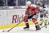 45. kolo hokejové extraligy mezi HC Vítkovice Ridera - HC Dynamo Pardubice v Ostravě dne 14. února 2020. Zleva Rhett Holland z Pardubic a Jan Štencel z Vítkovic.