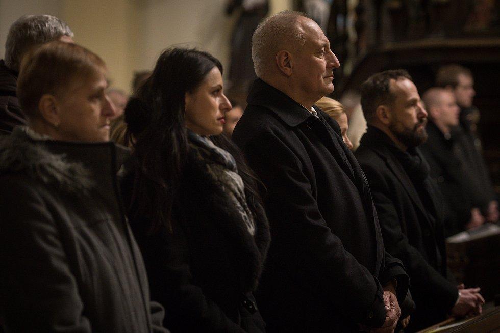 Půlnoční pontifikální mše sv. v katedrála Božského Spasitele, 24. prosince 2018 v Ostravě. Na snímku Zbyněk Pražák (vpravo).