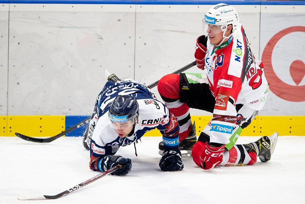 Utkání 50. kola hokejové extraligy: HC Vítkovice Ridera - HC Dynamo Pardubice, 2. března 2021 v Ostravě. (zleva) Marek Kalus z Vítkovic a Matouš Kratochvil z Pardubic.