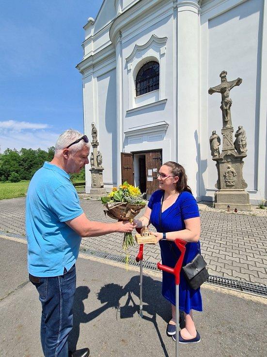 U Šikmého kostela převzala gratulaci Tereza Ondruszová z farnosti Karviná. Na snímku s náměstkem Janem Krkoškou.
