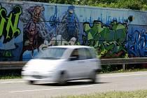 Několik dalších graffiti zdobí protihlukové zábrany v ulici 28. října u Svinovských mostů.