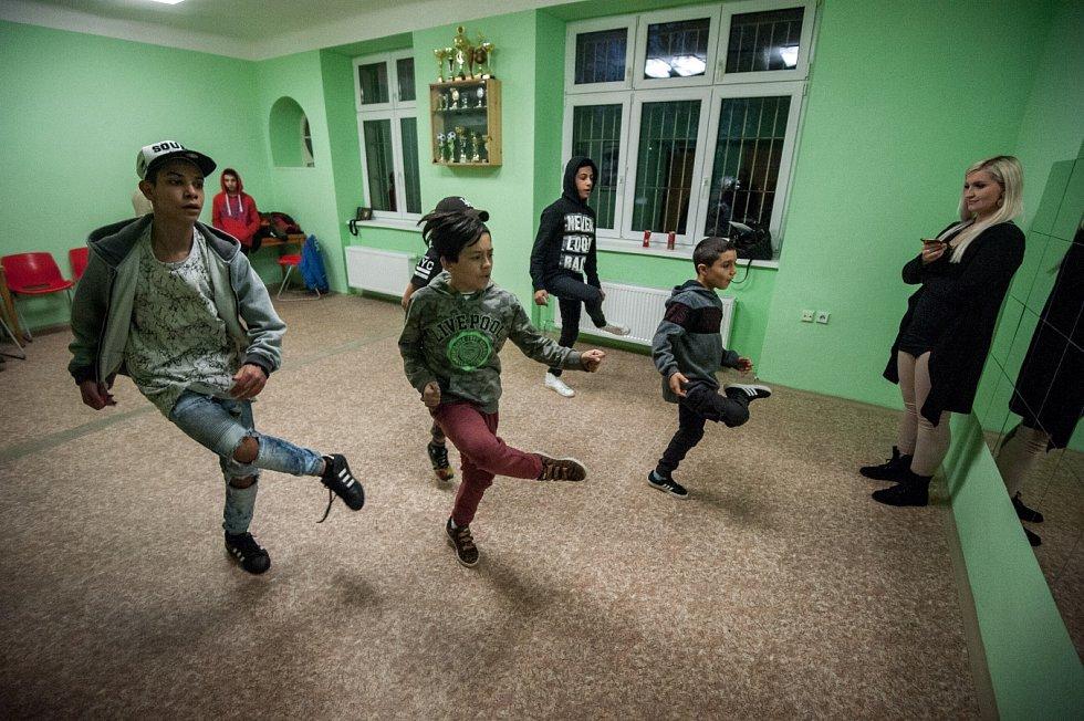 HIP-HOP, electro boogie, break dance. To je svět patnácti chlapců a jedné dívky z taneční školy A.D.S. Company v zadním Přívoze.