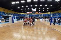 SPOLEČNÉ FOTO v hale Kaposváru na památku. Ostravské volejbalistky mu podlehly 0:3 a v Challenge Cupu skončily.