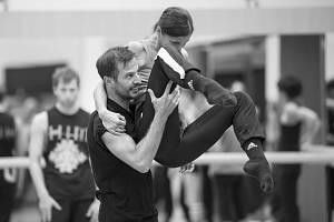 Na fotografiích Lucie Maceczkové je právě Juanjo Arqués při práci se členy souboru baletu.
