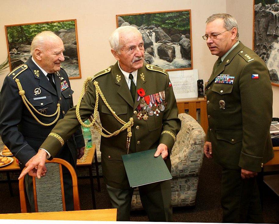 U příležitosti povýšení dvou válečných veteránů, čestných občanů města Ostravy, do hodnosti brigádních generálů se ve čtvrtek dopoledne v budově Krajského vojenského velitelství v Ostravě-Přívoze konalo slavnostní setkání.