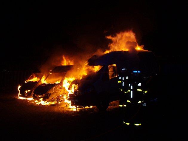 Škodu za půl milionu korun způsobil požár, který v úterý nad ránem zachvátil tři dodávková vozidla v Ostravě-Kunčicích.