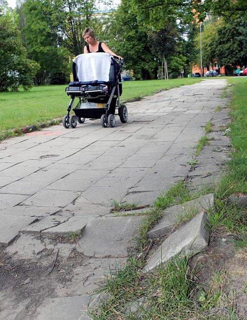 Chodník na Volgogradské ulici se snad konečně dočká opravy