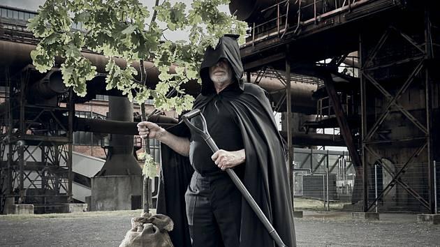 Osobu Elzéarda Bouffiera v adaptaci Gionovy novely představuje herec Miroslav Rataj.