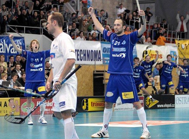 Ze zápasu play off Vítkovice-Mladá Boleslav. Na snímku Petr Kološ (21) a Michal Plaček (11) (