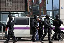 Muži v černých kuklách a se samopaly v rukou ve čtvrtek obklíčili Okresní soud v Ostravě-Porubě.