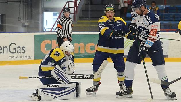 Hokejisté Vítkovic (v bílém) vyhráli středeční přípravný zápas v Šumperku 5:4.