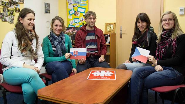 Návštěva ze Slovenska v českobudějovické Poradně pro cizince a migranty. Úplně vpravo Jana Dvořáková, vedle ní Ilona Pelechová.