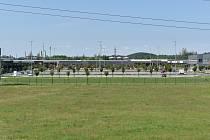 Během čtvrtečního dopoledne v outletovém centru parkovalo minimum aut. 10. června 2021.