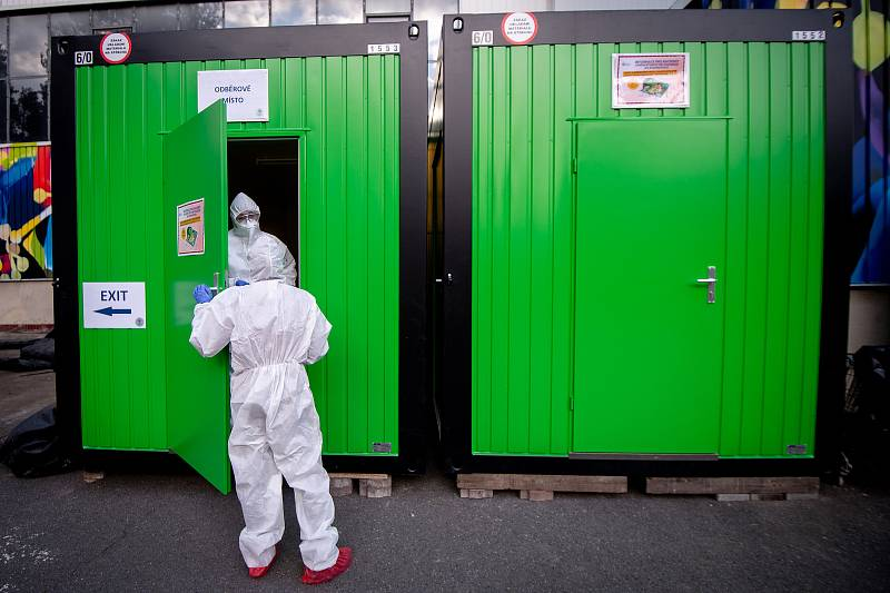 Ostravská fakultní nemocnice (FNO) zřídila dočasnou odběrovou ambulanci pro pacienty, kteří mají podezření, že se nakazili novým koronavirem (COVID-19). Lidé můžou navštívit odběrové místo na základě doporučení hygienika, 14. března 2020 v Ostravě.