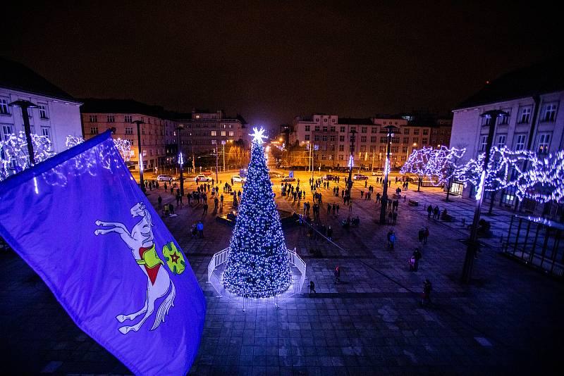 Vánoční strom na Prokešově náměstí v Ostravě.