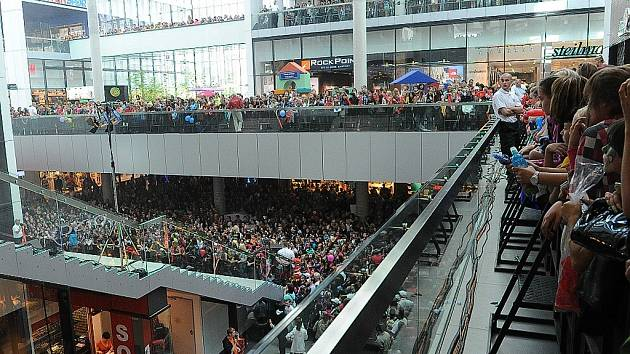 V sobotu odpoledne se v obchodním centru Nová Karolina představili soutěžící Hlasu Československa.