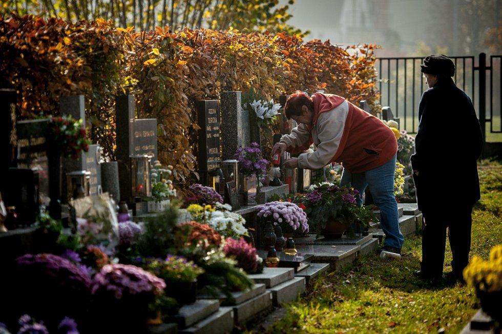 Dušičky na vítkovickém hřbitově.