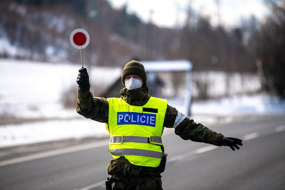 Policie ČR a vojáci začali nařízením vlády ČR kontrolovat, jestli lidé dodržují nová protiepidemická opatření omezující volný pohyb mezi okresy. 6. března 2021 v Trojanovicích.