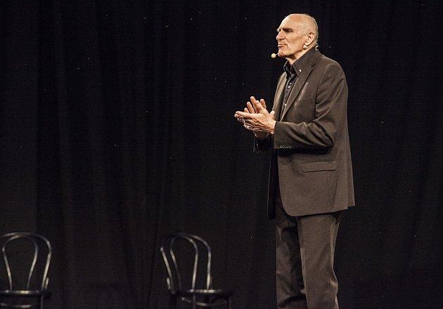 Profesor Martin Hilský patří kpředním českým překladatelům a shakespearologům, který je známý tím, že jako první přeložil do českého jazyka celé dílo Williama Shakespeara.