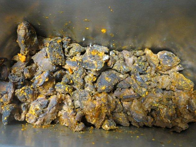 Plesnivé pečivo a zkažené maso, které potravinářská inspekce vzávěru minulého týdne nalezla ve známé ostravské restauraci URady.