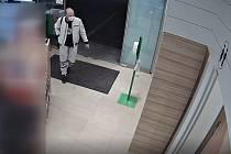 Neobvyklou krádež na toaletách benzinky v Ruské ulici prošetřují ostravští policisté. Ti zároveň žádají veřejnost o pomoc se ztotožněním mladého páru na přiloženém videu.