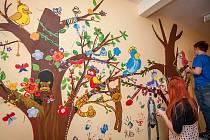 Studenti Ave Art Ostrava vyzdobili stěny dětské léčebny v Klimkovicích malbami exotických zvířat.
