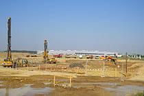 Zhruba pětatřicet milionů korun má stát stavba silnice do průmyslové zóny va Mošnově, ktreou v úterý zahájili zástupci Moravskoslezského kraje a firem Hyundai a Hyundai Mobis.