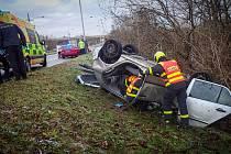 Dvě jednotky profesionálních hasičů zasahovaly v sobotu 26. prosince 2020 ráno u dopravní nehody osobního automobilu ve Slovenské ulici v Ostravě.