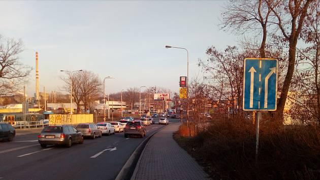 Frekventovanou ulici čeká rozšíření o jeden jízdní pruh. Nacházet se bude v místech, kde je nyní chodník.
