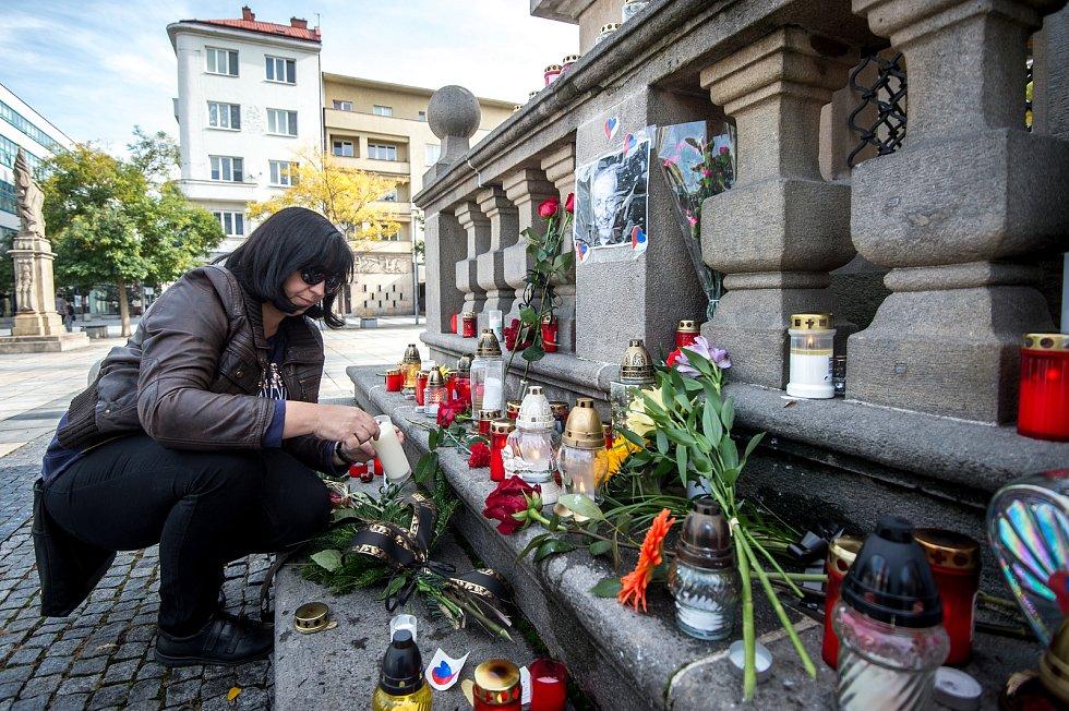 Pietní místo k úmrtí Karla Gotta na Masarykově náměstí v Ostravě.