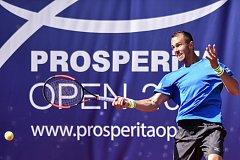 TURNAJ ZAHÁJEN VE VELKÉM STYLU. Tenisový challenger Prosperita Open v Ostravě byl v pondělí rozehrán hlavní soutěží. Lukáše Rosola dotlačily do 2. kola zaplněné tribuny.