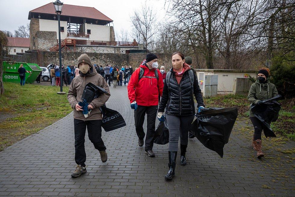 Pojďte s námi uklízet Ostravu. To byla dobrovolnická akce, jejíž cílem bylo uklidit okolí od odpadků a nepořádku kolem Slezskoostravského hradu, 17. dubna 2021 v Ostravě.. Primátor Ostravy Tomáš Macura (vlevo).