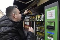 Jednatel společnosti CBDmat René Sirý stojí 8. ledna 2021 u automatu s produkty z technického konopí ve Stodolní ulici v Ostravě.