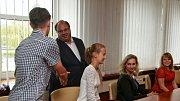 Slavnostní předání cen vítězům soutěže Perem studenta se uskutečnilo za účasti hejtmana Miroslava Nováka a šéfredaktora Deníku Martina Plevy na úřadě Moravskoslez-ského kraje.