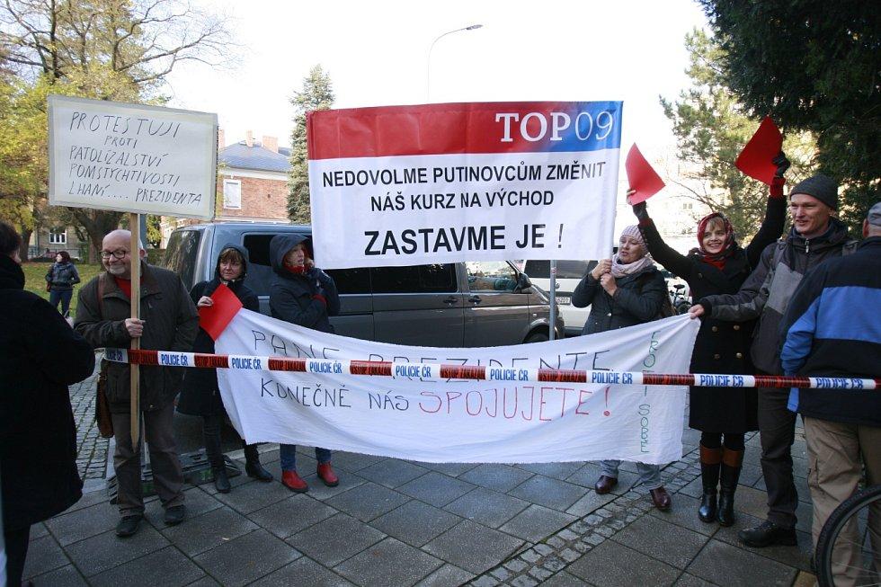 Někteří prezidenta Miloše Zemana vítali s transparenty.