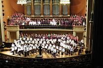 Smíšený pěvecký sbor novojičínského gymnázia vystoupil v úterý 2. dubna na Česko japonském koncertě v Dvořákově síni pražského Rudolfina.