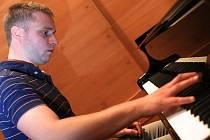 Mladý klavírista Tomáš Klement při zkoušce před koncertem.