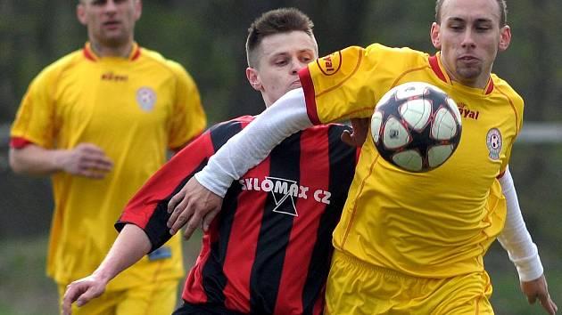 Josef Suchopa (na snímku vlevo) zpovzdálí sleduje souboj spoluhráče Jakuba Michaláka (v popředí u míče) s šenovským hráčem. Ilustrační foto.