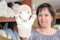 V ostravské chráněné textilní dílně Charity sv. Alexandra se šicí stoje nezastaví.