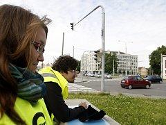 Čtyři sta sedmdesát studentů v těchto dnech hlídkuje u ostravských křižovatek a počítá, kolik aut a v jakém směru tudy projede.