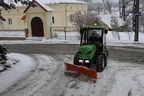 Pracovní čety, externí firmy nebo třeba pracovníci veřejné služby. Po těch sáhnou obvody, když je třeba v obci odklidit sníh.
