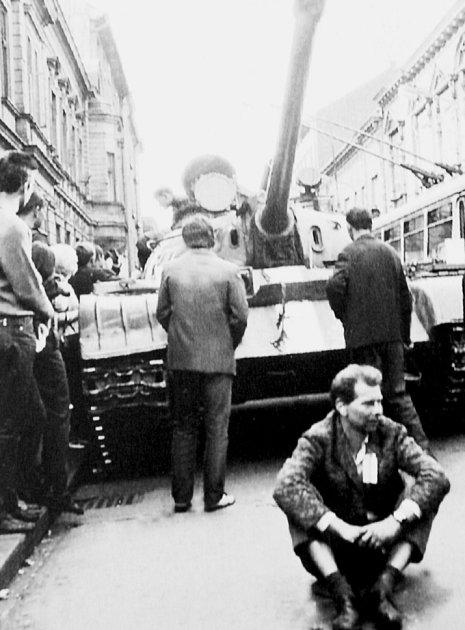 Na snímku je neznámý Ostravan, který se vzoufalství posadil před sovětský tank, aby zabránil průjezdu obrněnců městem.