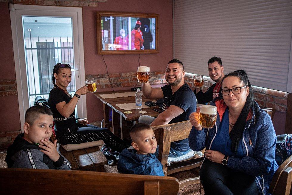 Hosté restaurace U Kocoura Olivera sledovali první zápas národního týmu na hokejovém šampionátu, který skončil Rusko-Česko 4:3. Bohumín, 21. května 2021.