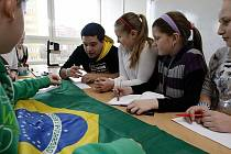 Lekce brazilského stážisty Juniora Olivy v rámci projektu Edison na Základní škole Alberta Kučery v Ostravě-Hrabůvce.