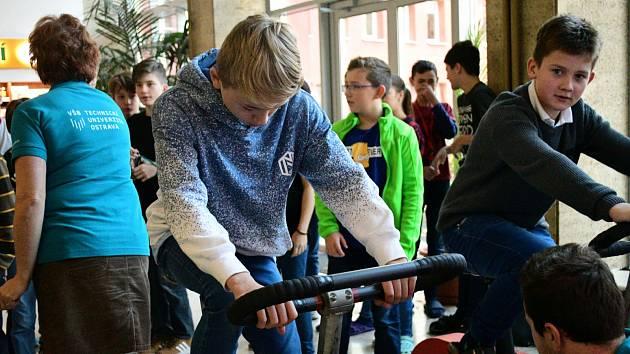 Studenti Matičního gymnázia v Ostravě vyrábějí energii šlapáním na rotopedech.