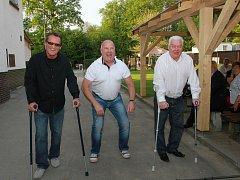 TŘI MOHYKÁNI. Trio vítkovických legend, které se výrazně podepsalo v roce 1981 na zisku posledního vítkovického titulu, má pořád důvod k úsměvu. Na snímku zleva Miroslav Fryčer, Ladislav Svozil a František Černík.