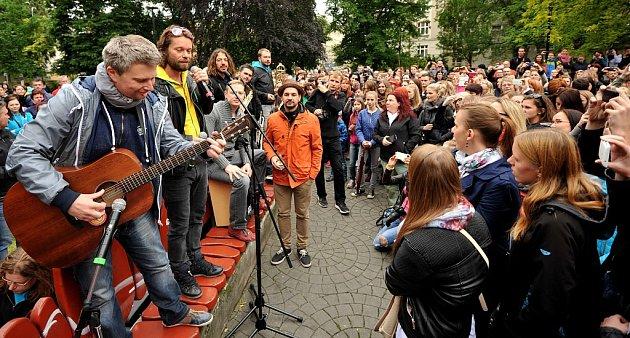 Lavičkový koncert skupiny Kryštof vHusově sadu vOstravě.
