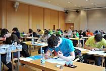 Nervozita a napjatá atmosféra doprovázela první den Ústředního kola matematické olympiády, které včera odstartovala pod taktovkou Wichterlova gymnázia.
