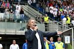 Jaromír Nohavica zpívá hymnu před utkáním Baníku.