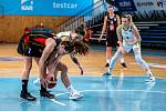 Utkání 12. kola Ženské basketbalové ligy: SBŠ Ostrava - Sokol Hradec Králové, 3. ledna 2021 v Ostravě. Karolína Šotolová z Hradce Králové a Ema Mihaljevičová z Ostravy.